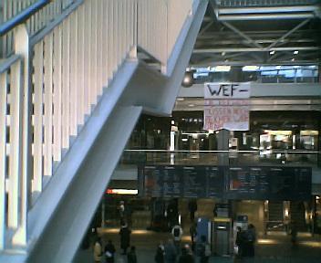 Anti-WEF Transpi im Hauptbahnhof