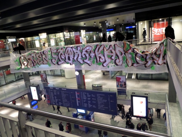 Transpiaktion WEF Bahnhof