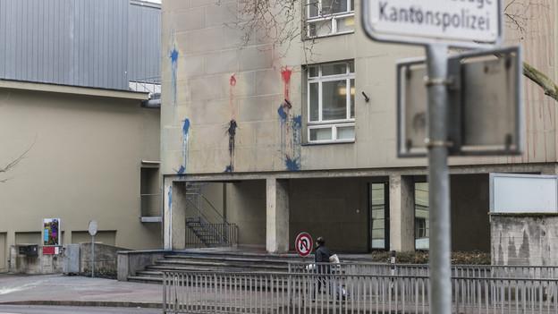 Farbanschlag Waisenhausposten & Steinwürfe Streifenwagen